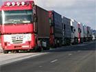 Рятувальники обігрівають водіїв вантажівок, що скупчилися на кордоні з Росією