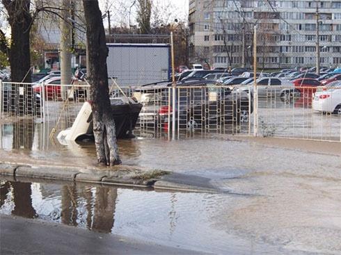 У Києві 3 автомобіля провалилися під асфальт - фото