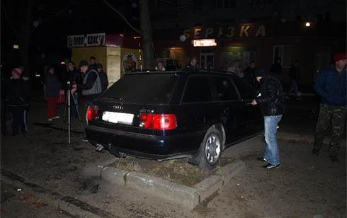 У Тернополі через п′яного водія машина в′їхала в натовп людей на зупинці - фото