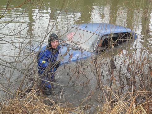 В річці Смотрич разом з автомобілем втонула 22-річна жінка (фото, відео) - фото