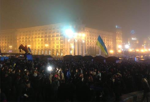 Ввечері на столичному Євромайдані знову тисячі людей - фото