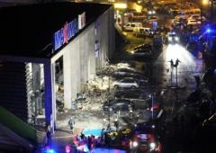 Вже нарахували 52 загиблих при обвалі даху супермаркету у Ризі - фото
