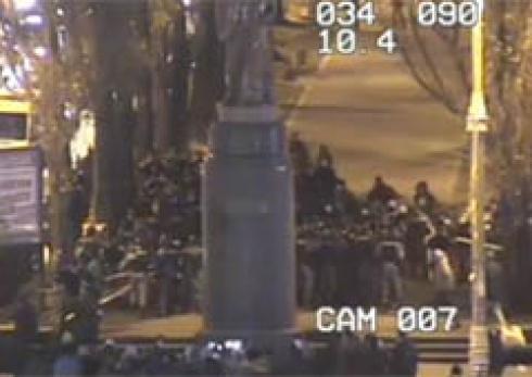 «Беркут» спробував захистити пам'ятник Леніну - фото
