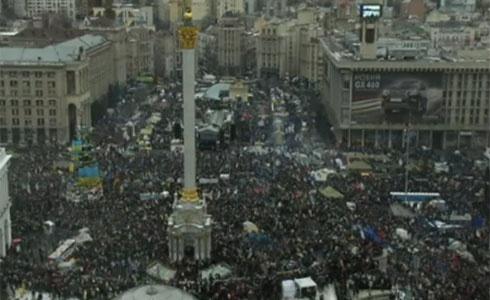 Майдан Незалежності заповнений людьми - фото