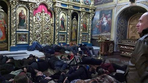Михайлівський собор приютив мітингувальників - фото