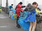 Міст Патона прикрасили жовто-блакитними стрічками