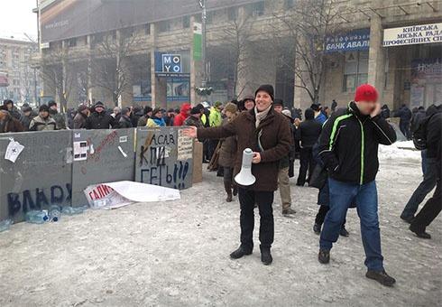 Мітингувальники знову встановлюють барикади на Євромайдані - фото