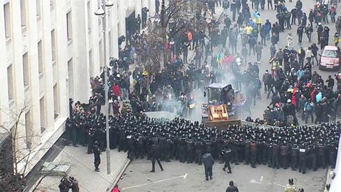 Невідомі на тракторі штурмують Адміністрацію президента на Банковій - фото