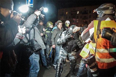 Бійців «Беркуту» змусили зняти маски та й відпустили - фото