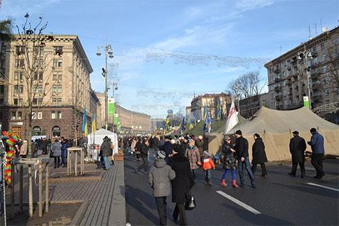 Євромайдан триває, люди прогулюються по Хрещатику - фото
