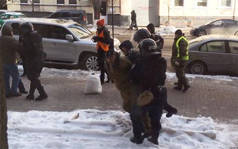 Міліція намагалася затримати людей тільки тому, що ті були в касках - фото