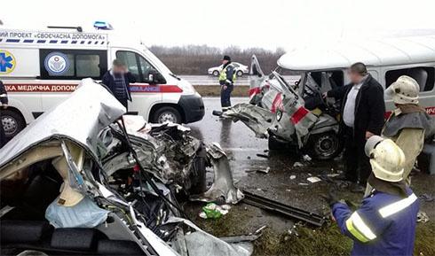 На Донеччині «Лексус» протаранив «швидку допомогу» - загинули двоє, п′ятеро травмовані - фото