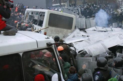 На Грушевського масова бійка мітингувальників з міліцією - фото