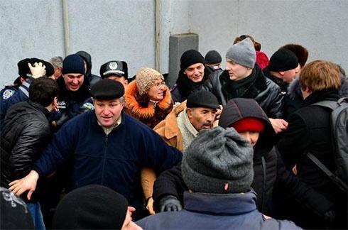У Черкасах міліція завадила подивитися фільм про Межигір′я - фото