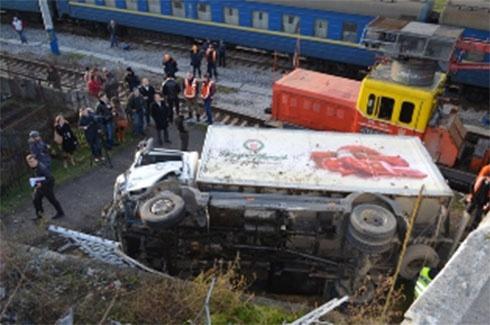 У Севастополі з мосту впала вантажівка, постраждала вагітна жінка - фото