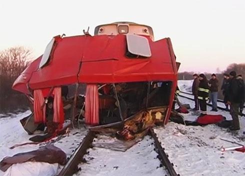 13 людей загинуло внаслідок зіткнення маршрутки та потягу на Сумщині - фото