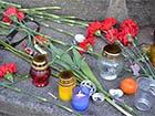 Люди масово приходять у центр Києва пом'янути загиблих [фоторепортаж]