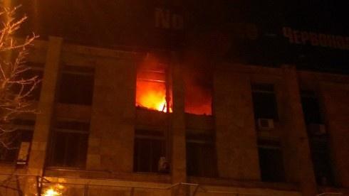 У столиці палає Будинок профспілок, пожежники врятували 37 людей - фото