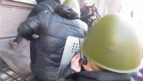 Як міліція разом з тітушками у Маріїнському парку людей вбивали [відео] - фото