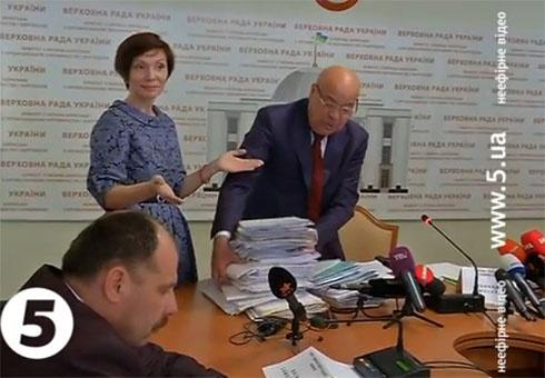 Олена Бондаренко намагалася зірвати засідання слідчої комісії щодо масових вбивств у центрі Києва - фото