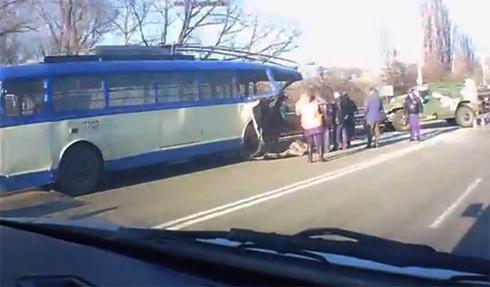 П'яні російські окупанти у Криму на «Тигрі» врізалися в тролейбус - фото