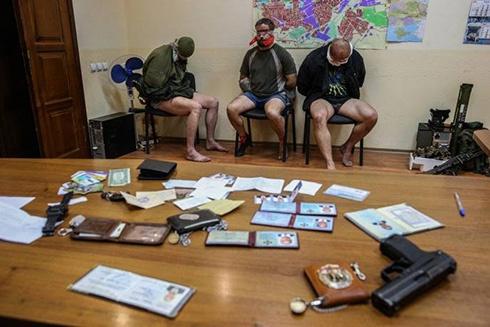 Терористи захопили співробітників СБУ та викололи їм очі? - фото