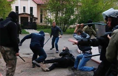 У Донецьку на мирний мітинг «За єдину Україну» напали здичавілі сепаратисти - фото