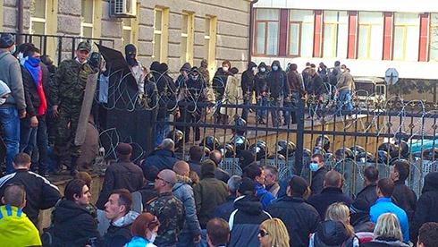 У Донецьку захопили Облдержадміністрацію - фото