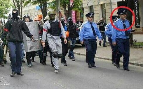 Поліція в Одесі завадила облити ворота консульства РФ червоною фарбою - Цензор.НЕТ 8311