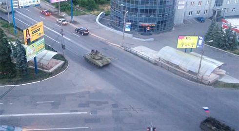 Кілька російських танків псують український асфальт в напрямку Донецька - фото