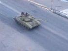 Кілька російських танків псують український асфальт в напрямку Донецька