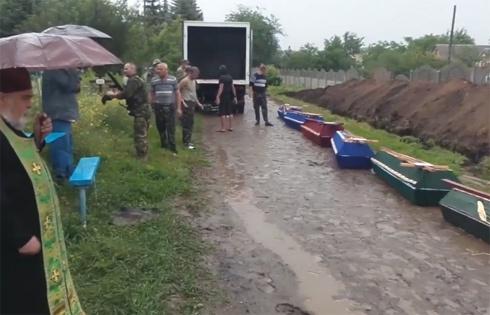 Вбитих терористів у Слов'янську поховали край дороги попід тином - фото