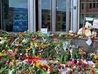До посольства Нідерландів люди продовжують нести квіти