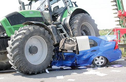 На Закарпатті легковик зіткнувся з автобусом, потім потрапив під трактор, загинуло троє людей - фото
