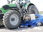 На Закарпатті легковик зіткнувся з автобусом, потім потрапив під трактор, загинуло троє людей