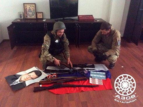 В Маріуполі у родички Януковича знайшли арсенал зброї, сепаратистські речі та фальшиві гроші - фото
