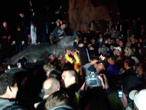 У Харкові повалили пам'ятник комуністичному ідолу - фото