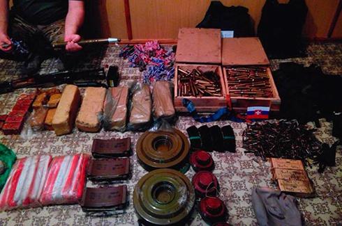 Під Лисичанськом виявлено велику схованку бойовиків з вибухівкою, зброєю та боєприпасами - фото