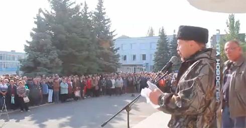 У Первомайську у бойовика запитали, чому вони стріляють з-за спин мирних мешканців - фото