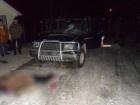 На Буковині автомобіль в'їхав у натовп людей, загинула жінка