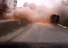 Обстріл Маріуполя на відео, зняте відеореєстратором - фото