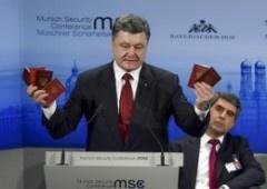 Порошенко у Мюнхені пред'явив паспорти та документи російських солдатів і офіцерів - фото