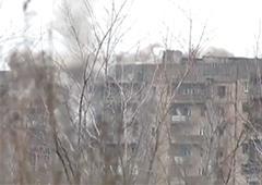 Як терористи з танку обстрілюють житлові багатоповерхівки у Вуглегірську – відео - фото