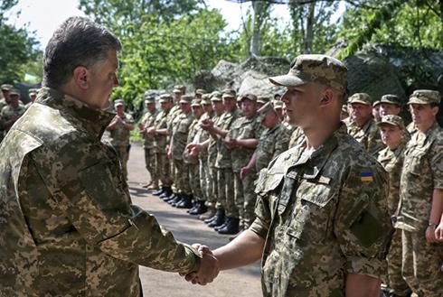 Президент нагородив військових, які затримали російських спецназівців - фото