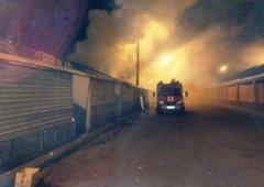 У Києві сталася пожежа на ринку «Юність» - фото