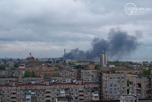 В небі над центром Маріуполя густий дим - фото