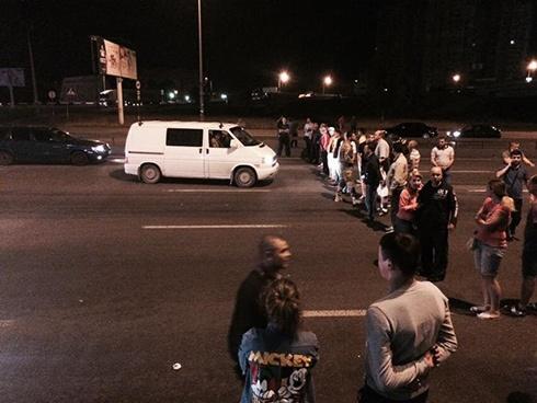 Біля метро «Харківська» зносять МАФи, люди перекрили дорогу - фото
