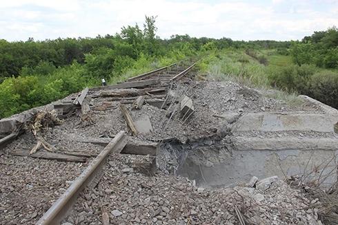Біля Попасної бойовики підірвали залізничний міст - фото