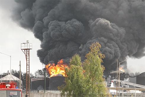 На палаючу нафтобазу півтори години не викликали пожежних, - МВС - фото