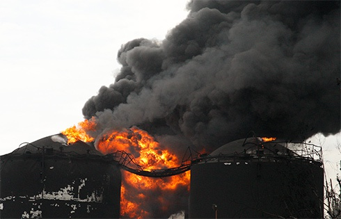 Пожежа на нафтобазі у Глевасі: Погашено один палаючий резервуар - фото